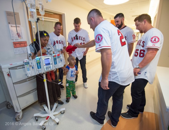Trout gives Angels cap to patient at CHOC Children's Hospital